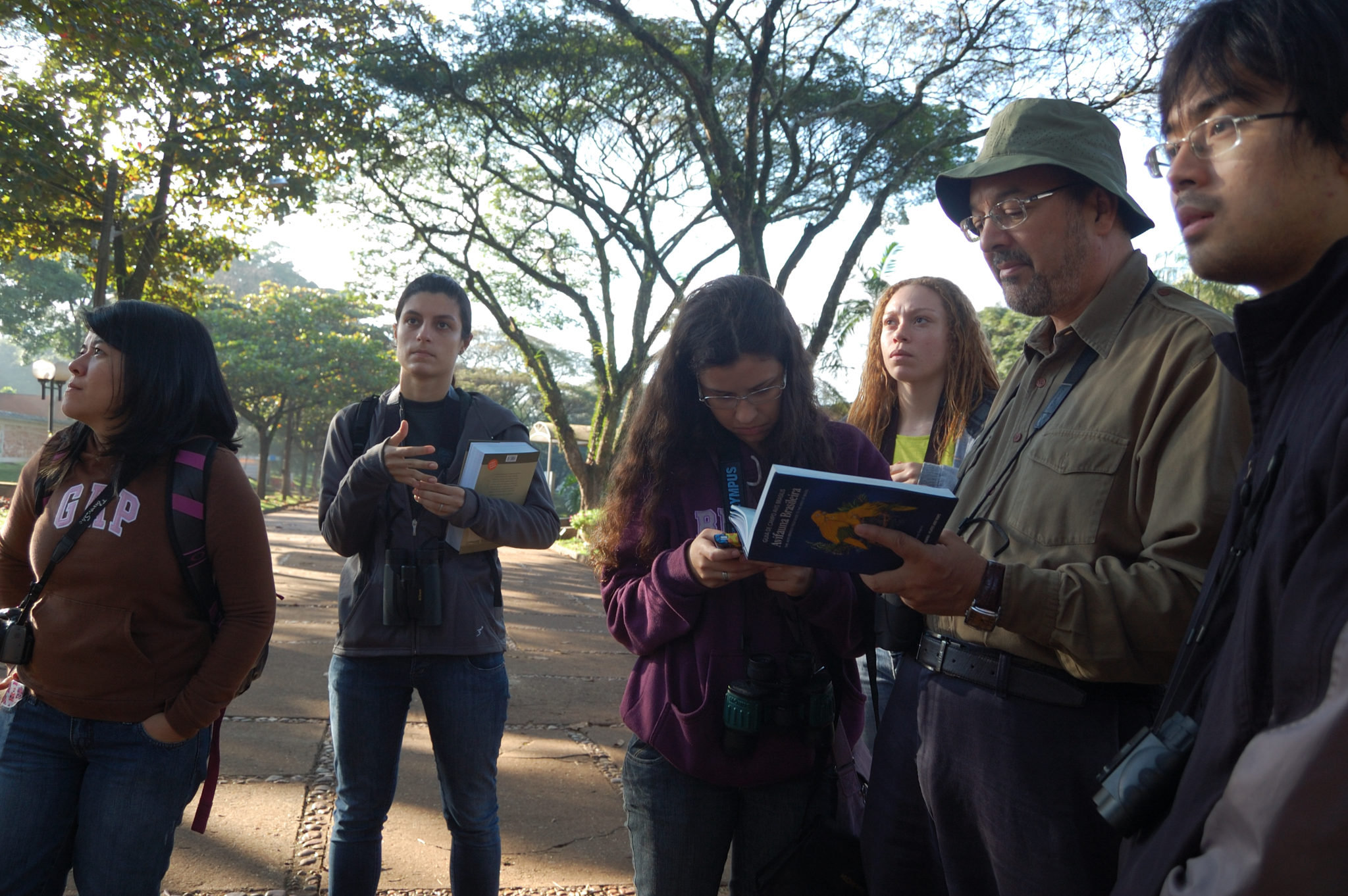 luiz dos anjos with students